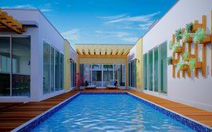 Fundos de planta de casa térrea com piscina e pergolado