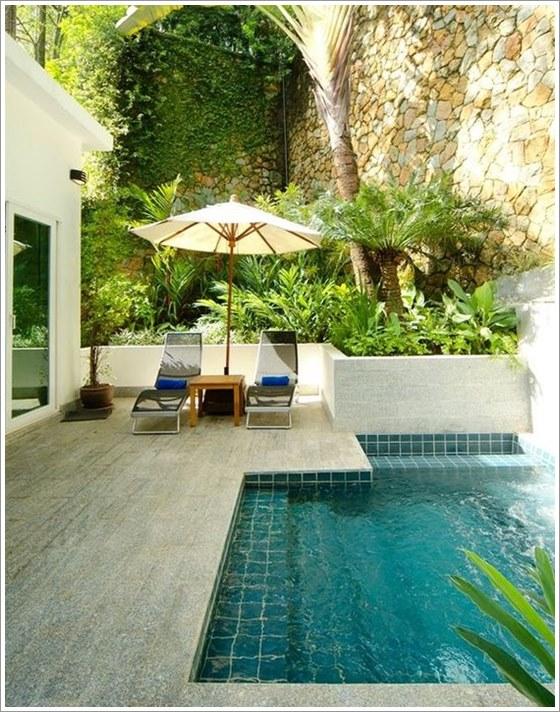 piscina pequena de concreto modelo circular com banco deck e cerca de madeira